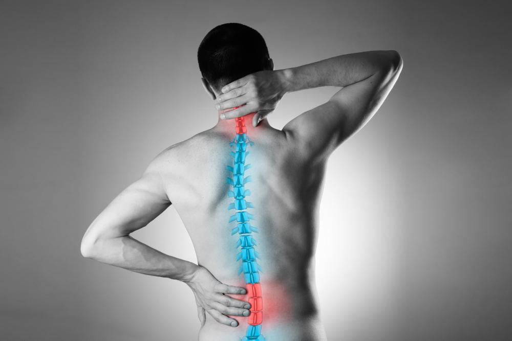 Ein Mann mit Rückenschmerzen, im Bereich Halswirbelsäule und Lendenwirbelsäule.