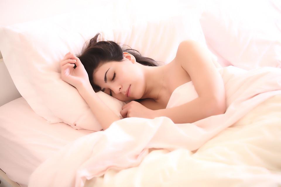 Frau nimmt im Schlaf ab