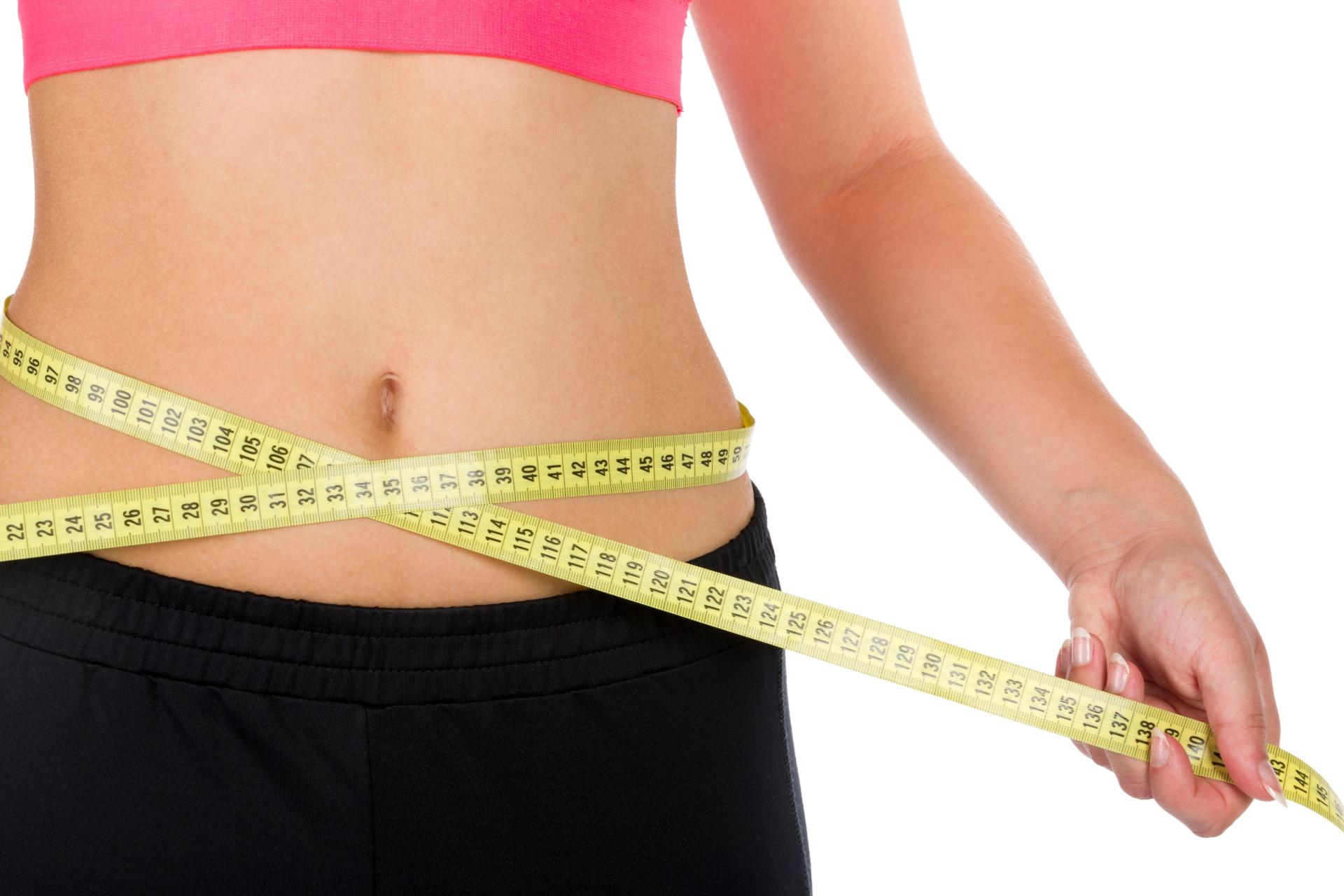 Frau hat Ihr Bauchfett verloren durch gesunde Ernährung