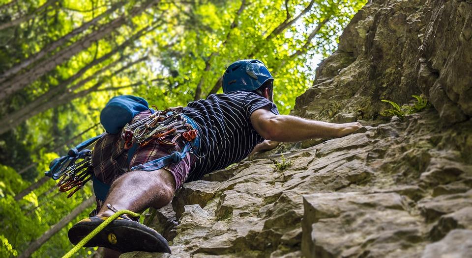 Dieser Mann klettert in der Natur auf Gestein