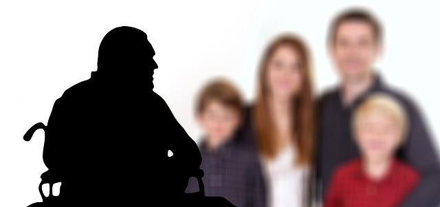 Ein alter Mann erkennt seine Familie nicht wieder.