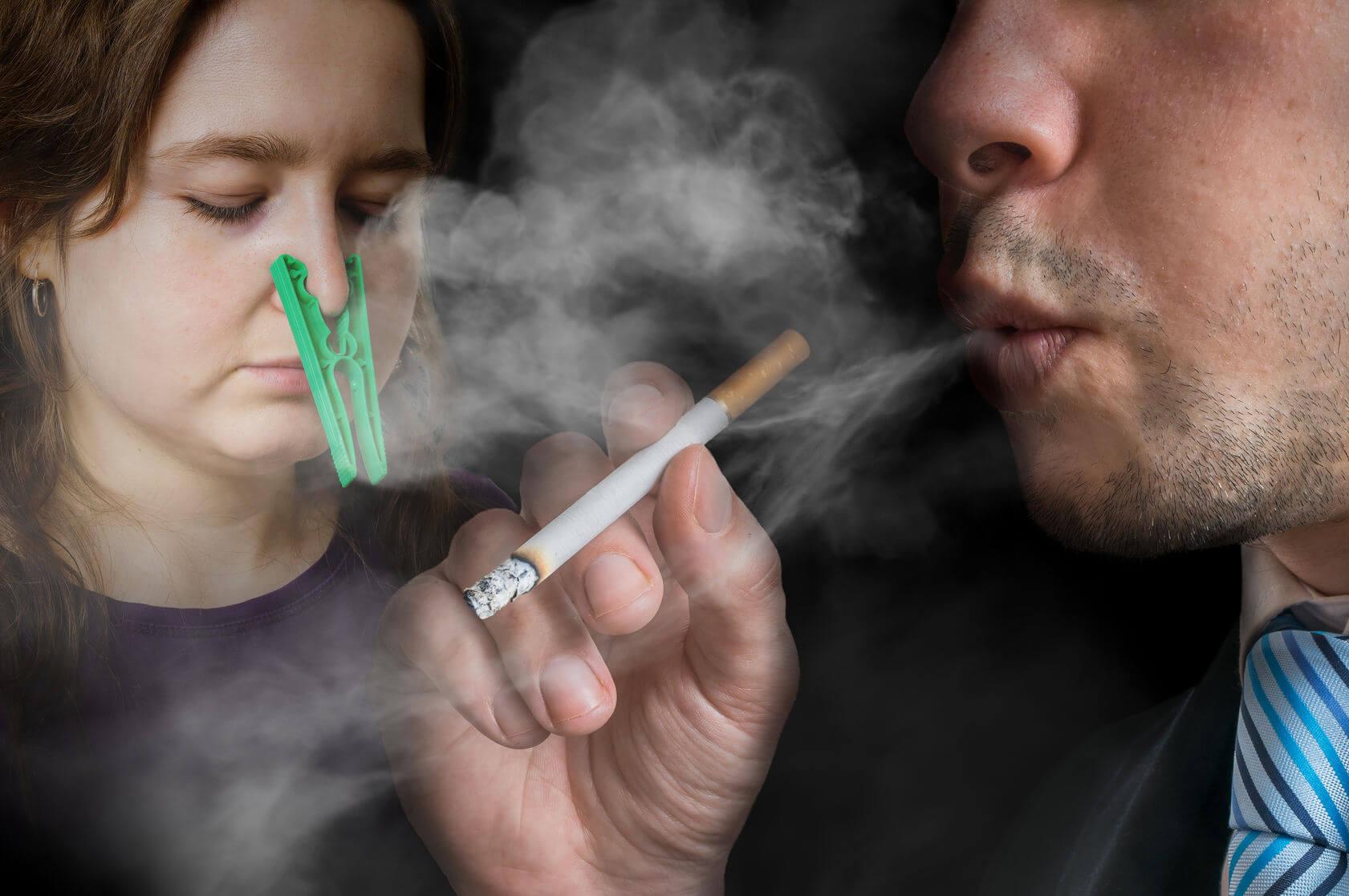 Ein Mann, dessen Frau passiv raucht.