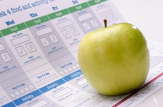 Abnehmplan dokument mit einem Grünen Apfel