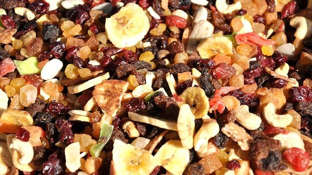 Gesunde Trockenfrüchte liegen auf der ganzen Fläche verteilt