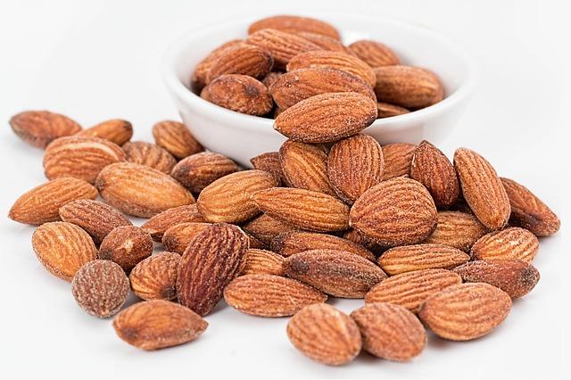 Gesunde Nüsse liegen in einer Porzellanschale