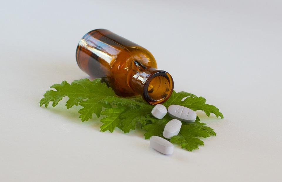 Arzneimittel auf Grünem Blatt mit brauner Flasche