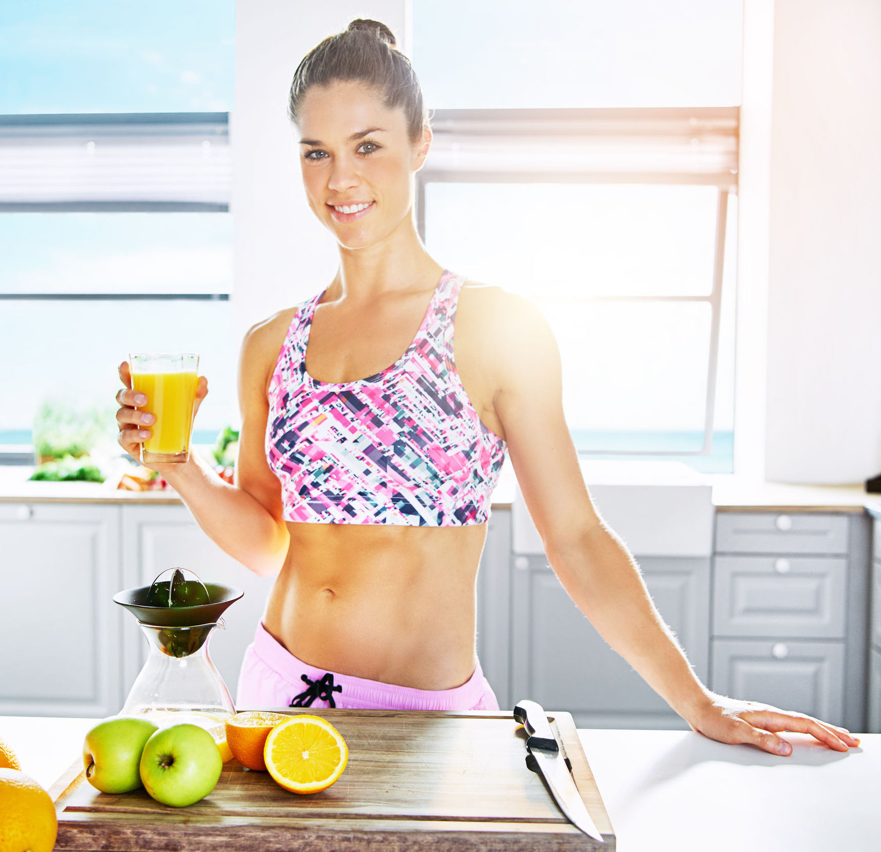 Frau die Vitamin C zu sich nimmt