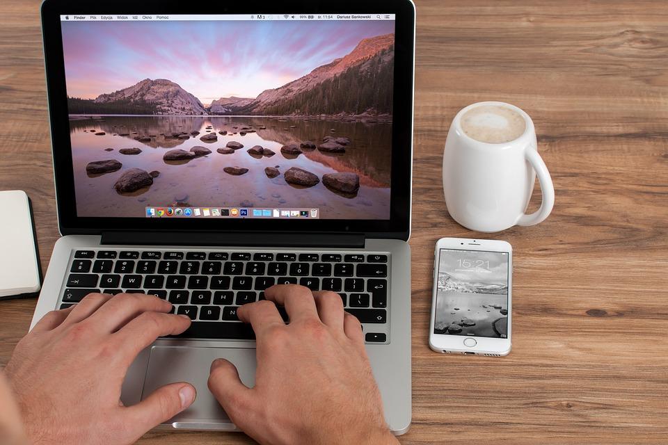 Nebenjob im Internet - Zuhause am Tisch arbeiten