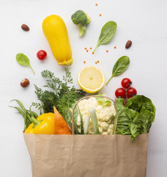 Gesundes Gemüse Essen Ernährung in brauner Eintaufstüte aus Papier