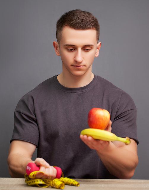junger-sportlicher-koerpermann-haelt-eine-proteinreiche-mahlzeit-fuer-eine-gute-ernaehrung