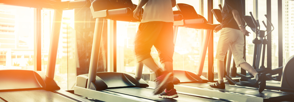 fitness training auf dem Laufband beim Sonnenuntergang