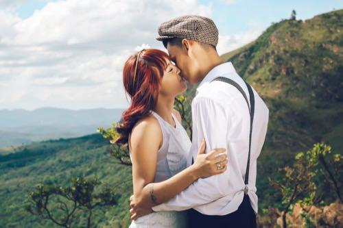 Paar das sich küsst vor dem ersten Mal