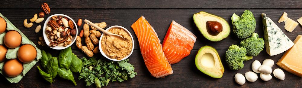 low carb gesunde und frische Lebensmittel auf Holztisch von oben