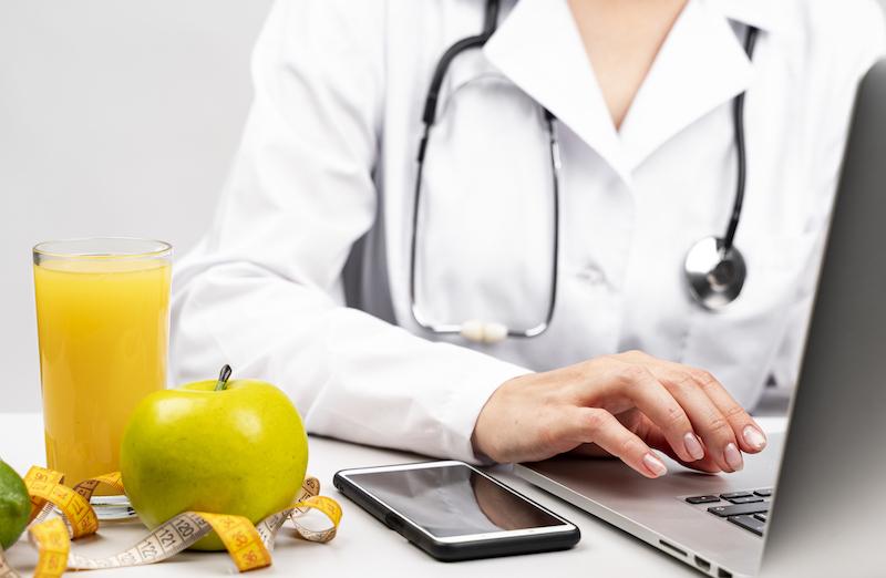 ernaehrungsberaterin-mit-ihrem-laptop-berechnet-den-kalorienbedarf
