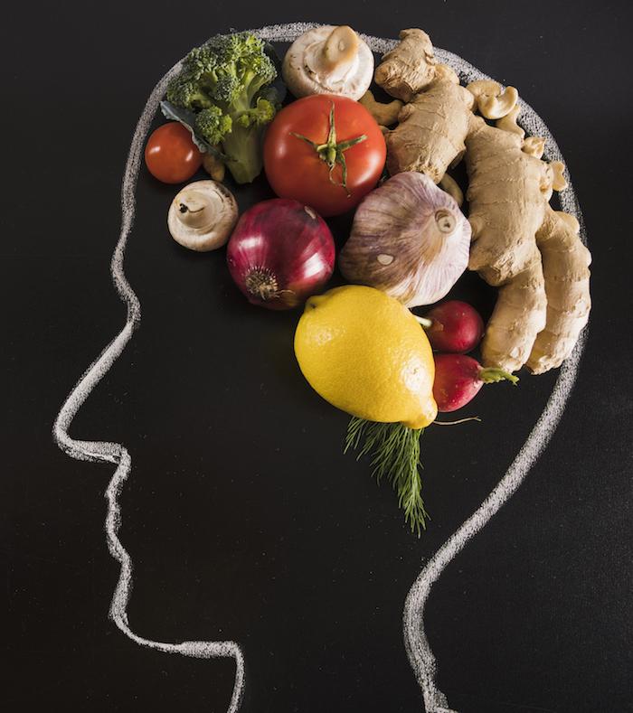 kreide-gezeichneter-menschlicher-kopf-mit-gesundem-lebensmittel-fuer-gehirn-auf-tafel-abnehmen-mit-leptin