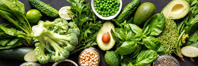 Diverses Gemüse ohne Kohlenhydrate auf Tisch von oben fotografiert