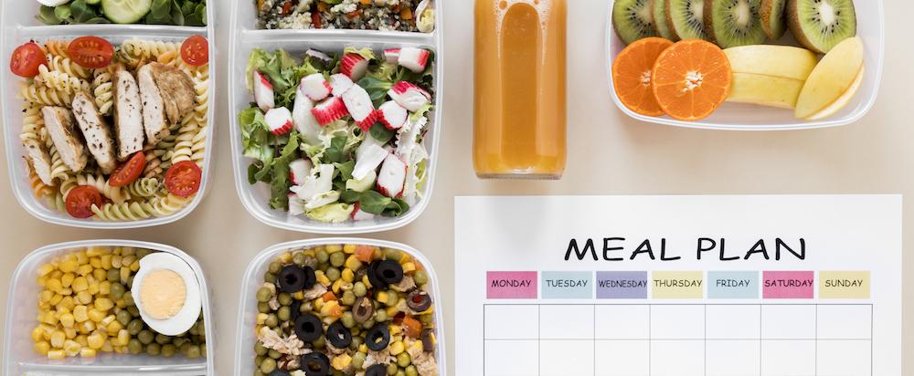 Meal Prep zur Erstellung eines Ernährungsplan mit gesunden und frischen Lebensmitteln von oben photographiert