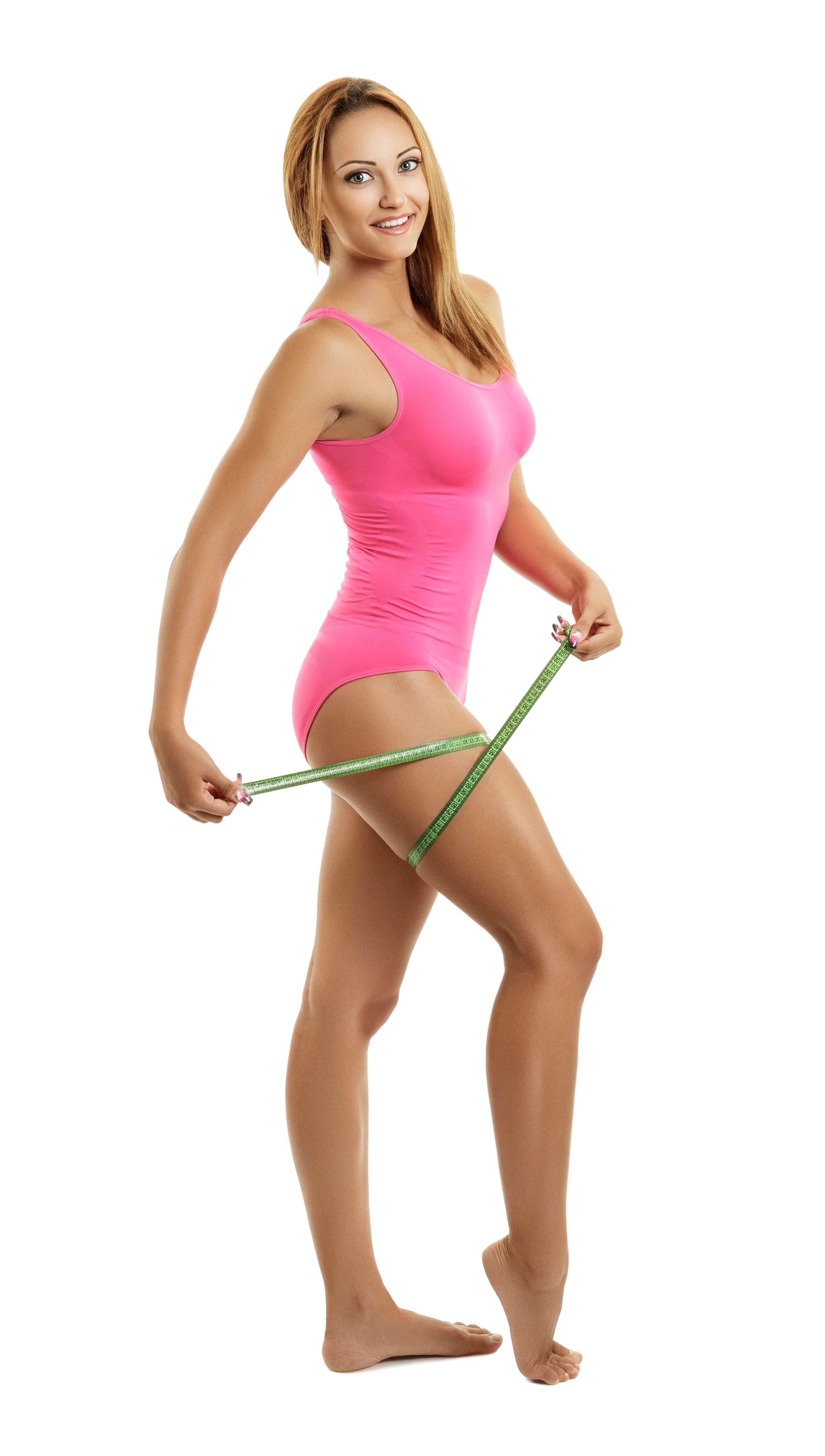Eine Frau die ihre Oberschenkel Maße misst