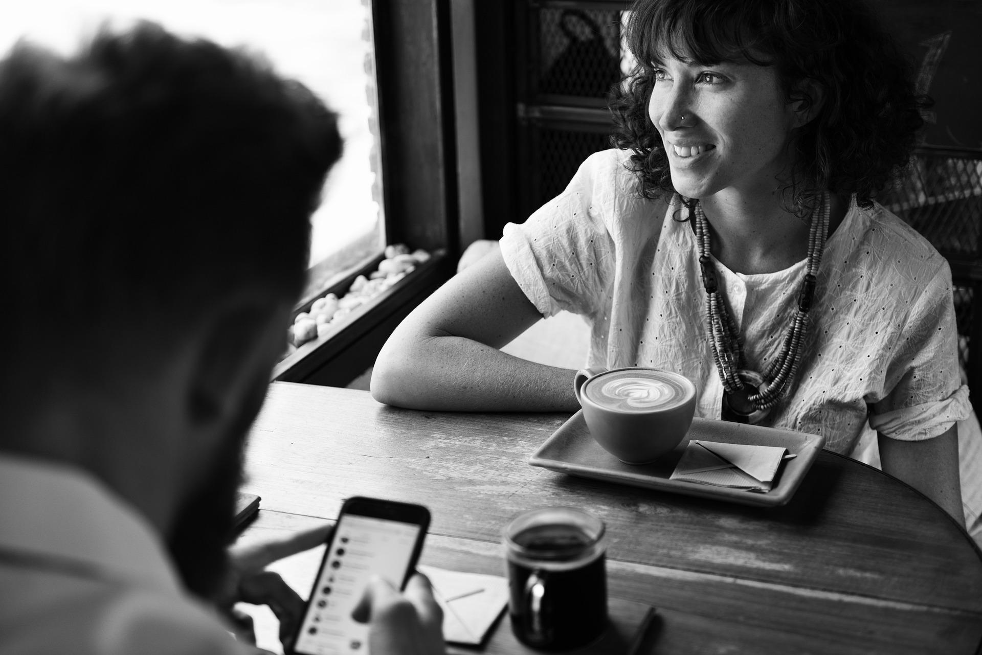 Mann benutzt Smartphone beim Flirten