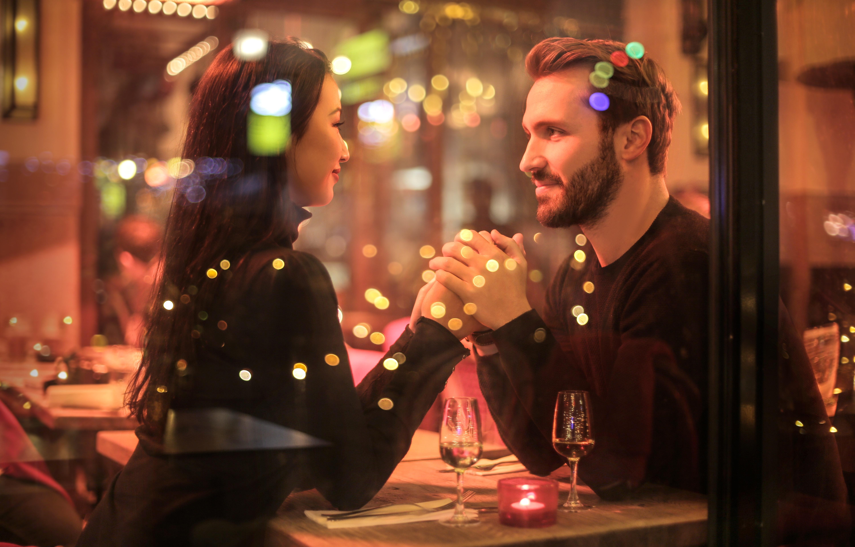 Das erste Date Hand halten