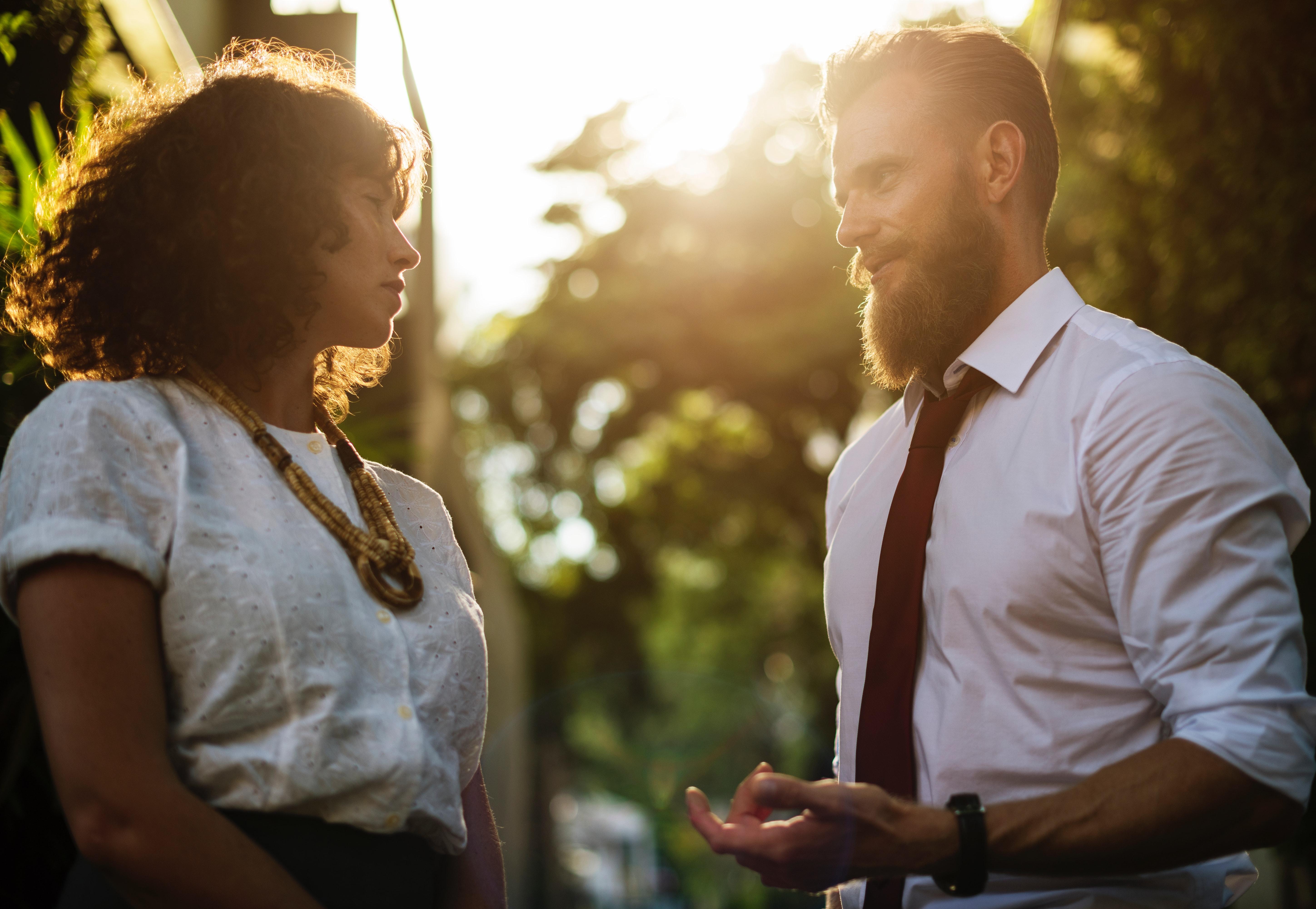 Mann fragt Frau beim Flirten nach einer Verabredung