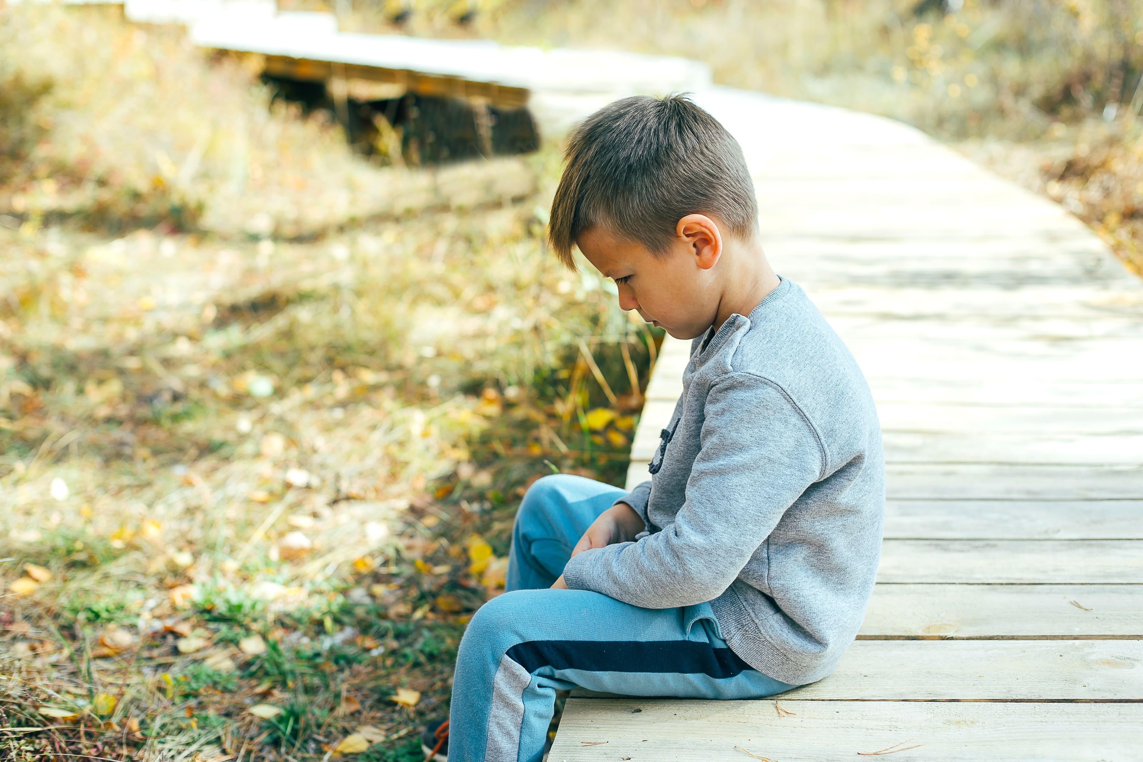 Kind sitzt auf Steeg