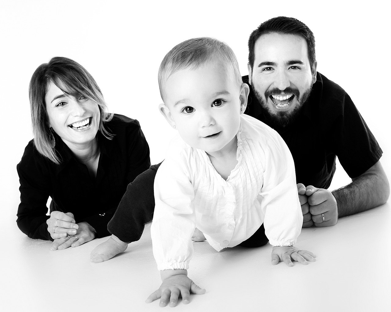 Mann und Frau hinter Baby