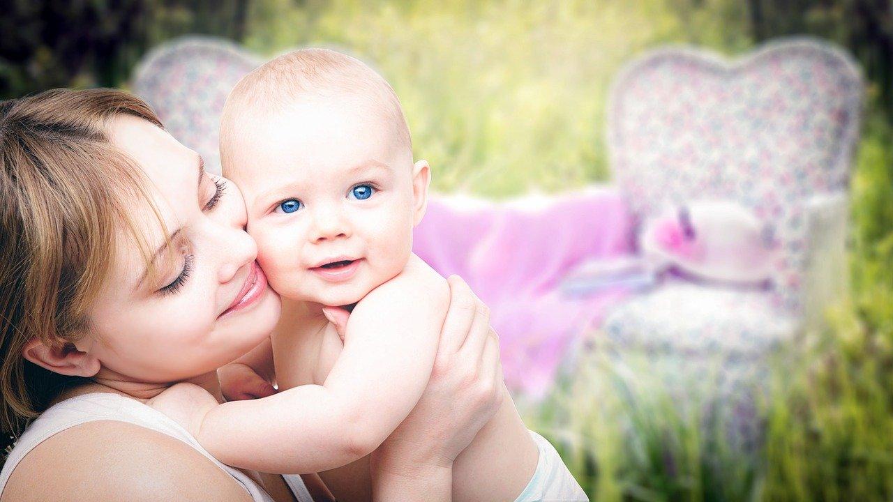 Frau mit Baby an der Brust