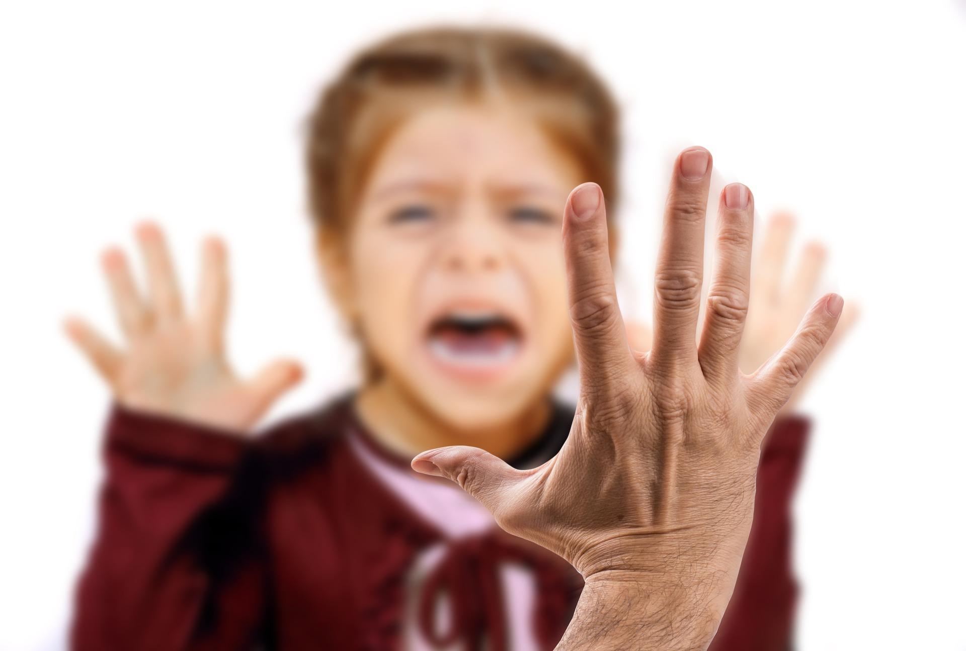 Hand vor Kind