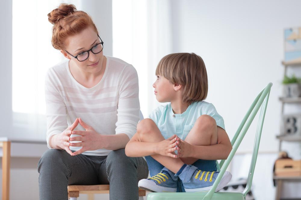 Frau redet mit Kind