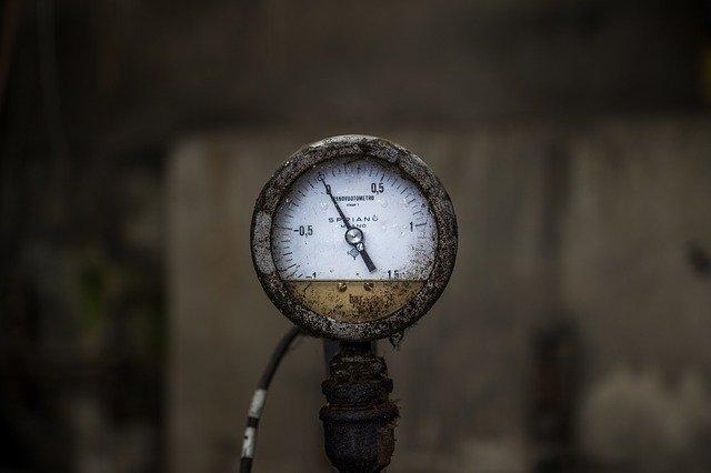 Druckmanometer als Symbol für Druck auf den Augen