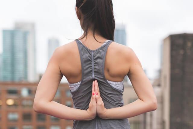 Frau macht Rückenübungen gegen Morbus Bechterew
