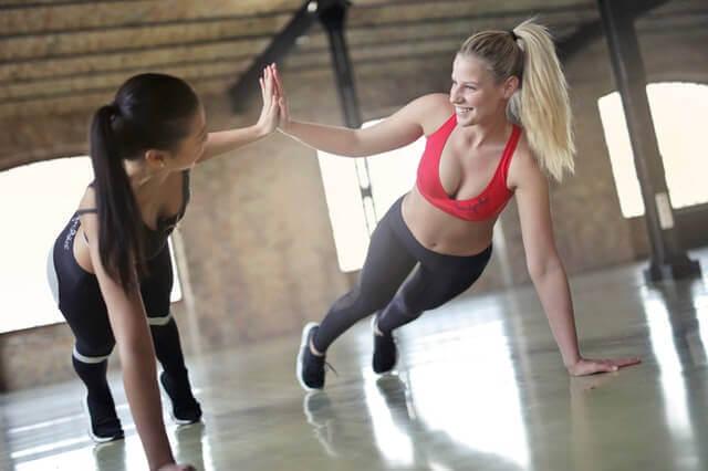Frauen machen Sport gegen Rückenschmerzen im unteren Rücken