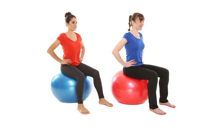 Zwei Frauen sitzen auf Gymnastik Bällen