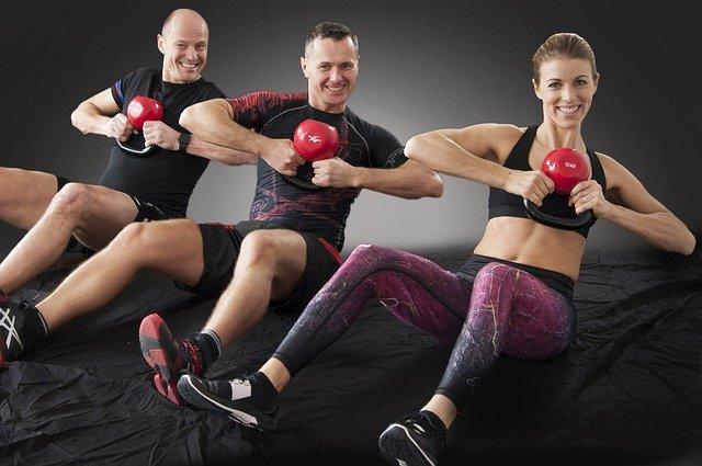 Drei Personen nebeneinander beim Trainieren