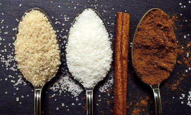 Drei Zuckersorten auf drei Löffel verteilt