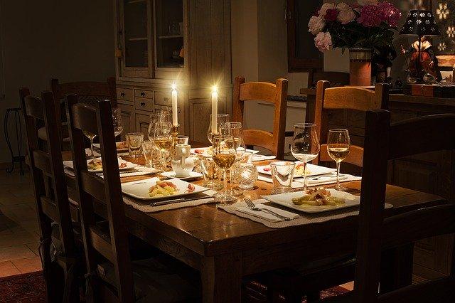 Verschiedene Gerichte mit Kerzen und Sekt auf einem Tisch