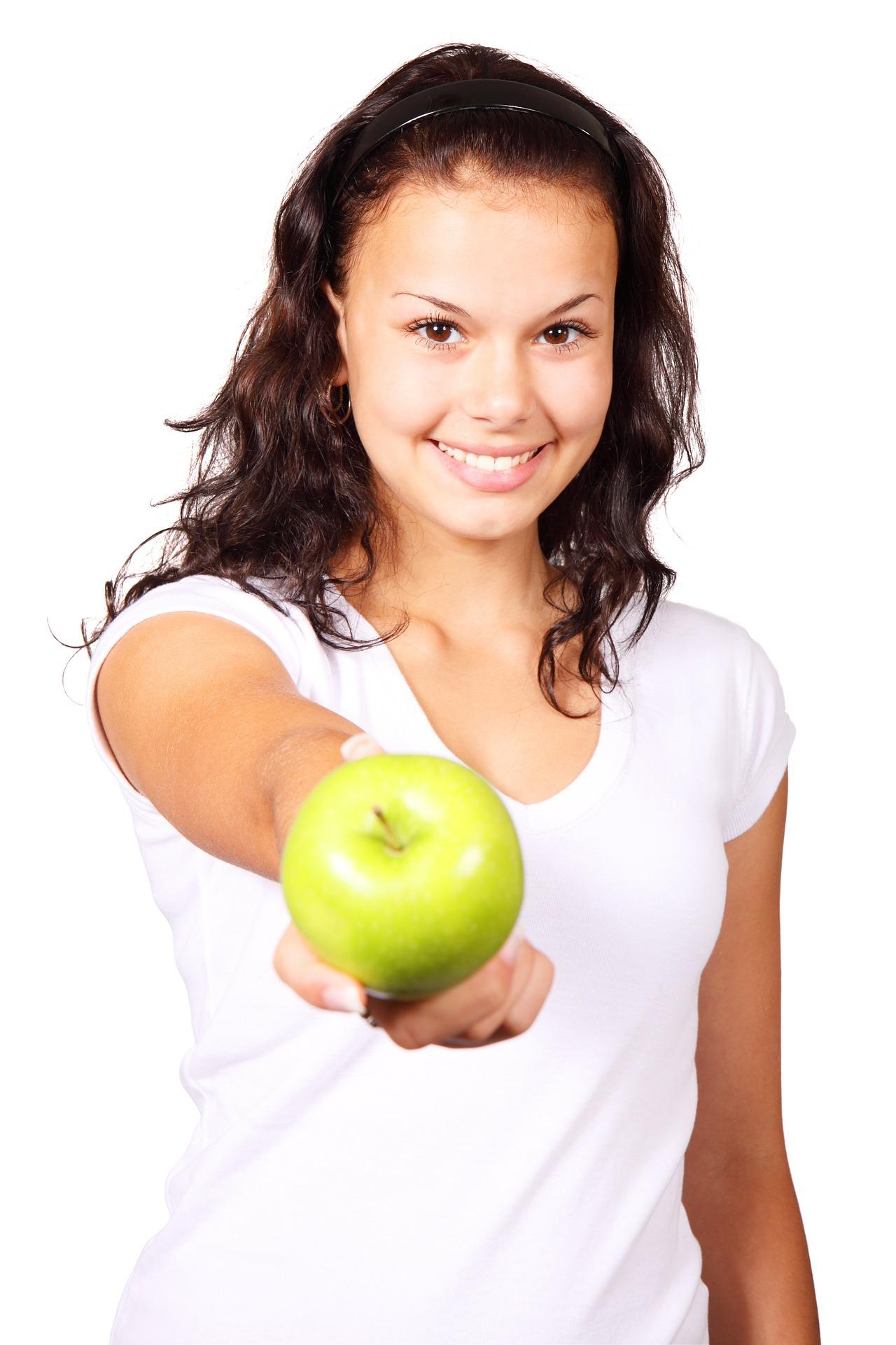 Frau mit Apfel beim Abnehmen ohne Sport