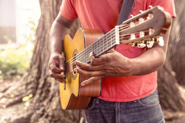 Ein Schlagmuster auf der Gitarre - was ist das eigentlich?