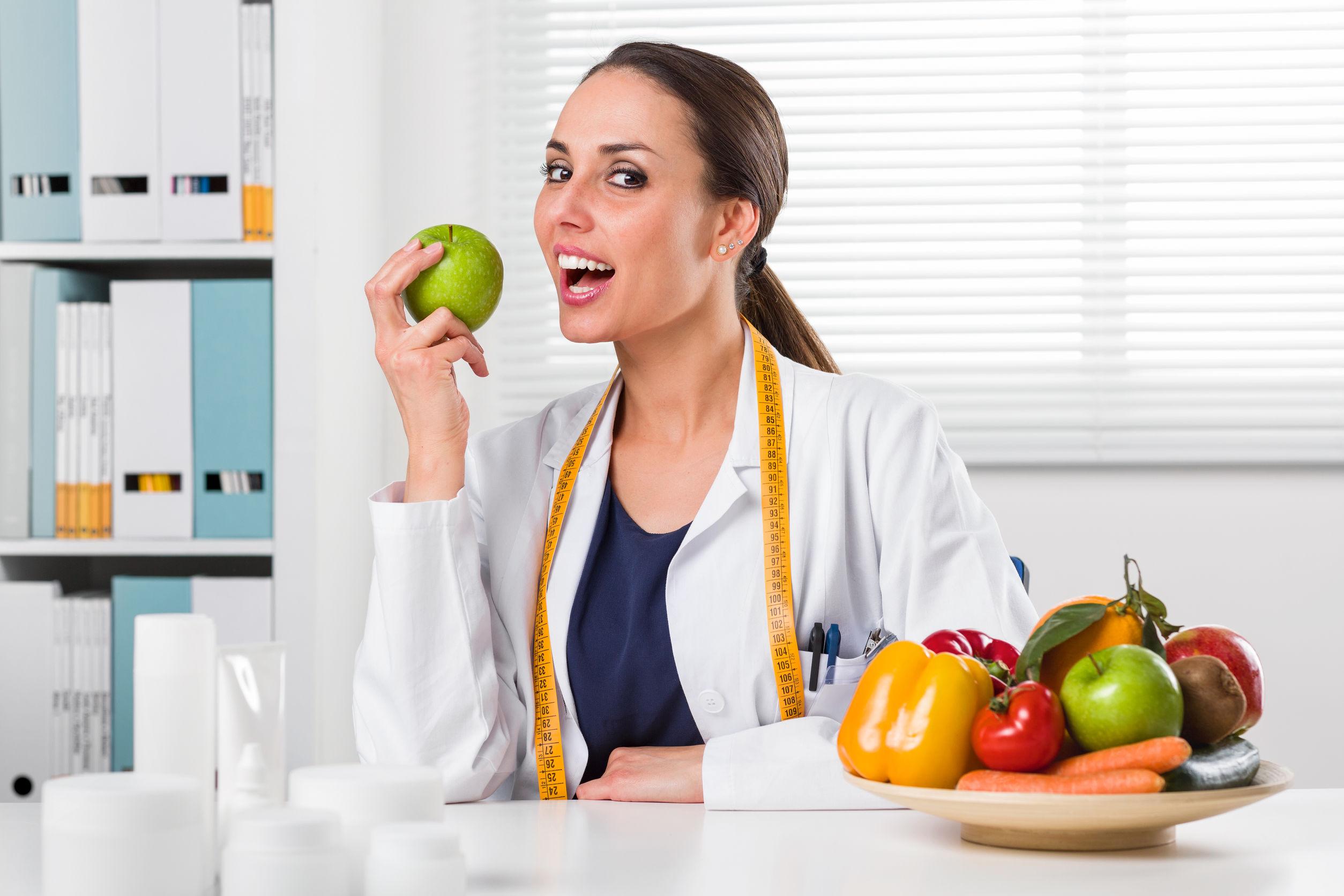 Frau die Ernährungsplan erstellt