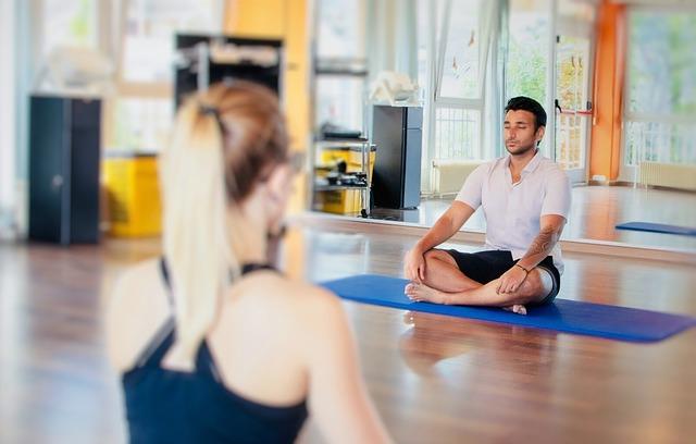 Mann und Frau am meditieren