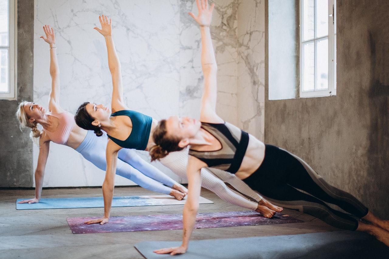 Frauen die Übungen machen