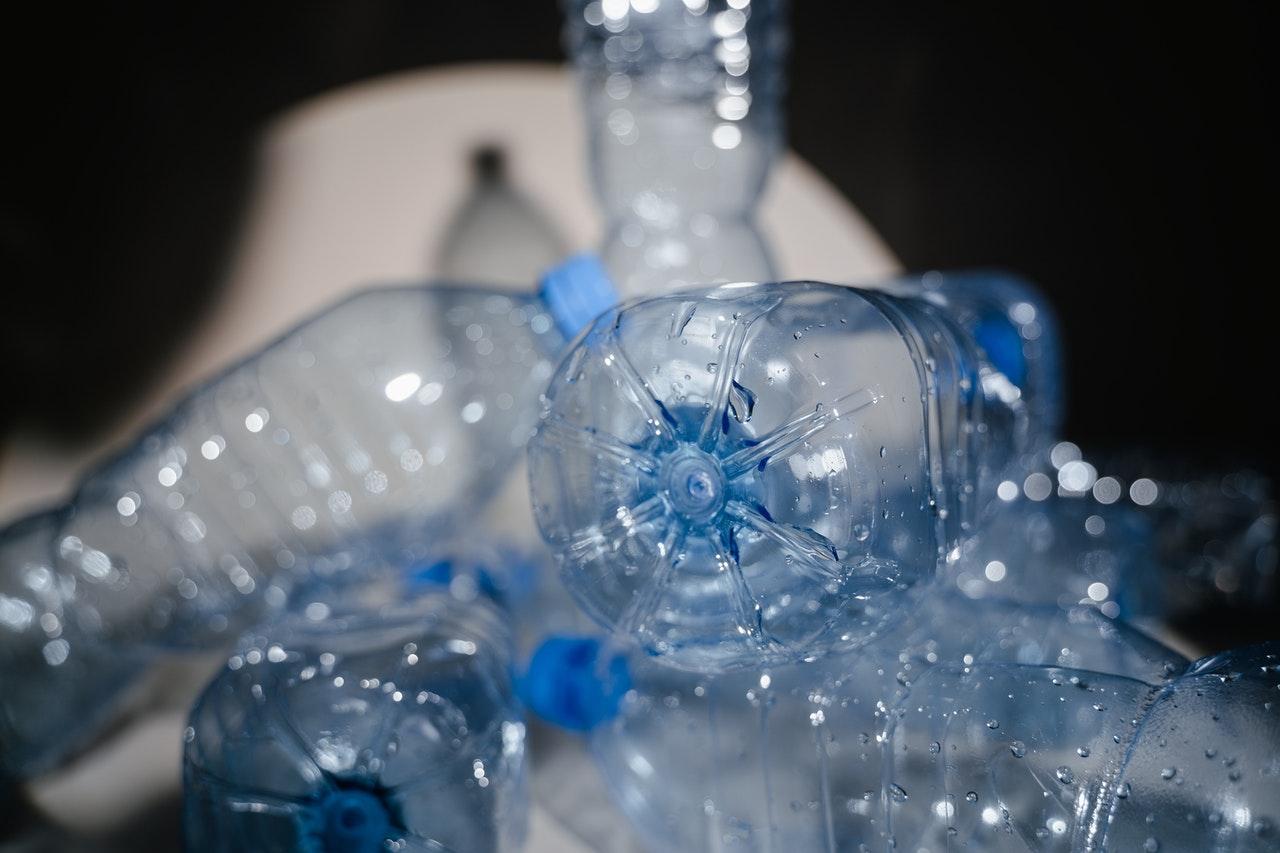 Plastikflaschen werden belichtet