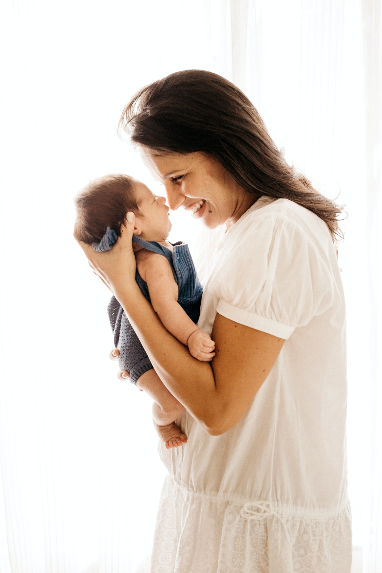 mama hält ihr baby in den armen