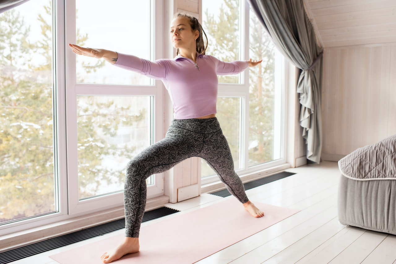 Frau übt Ashtanga Yoga aus