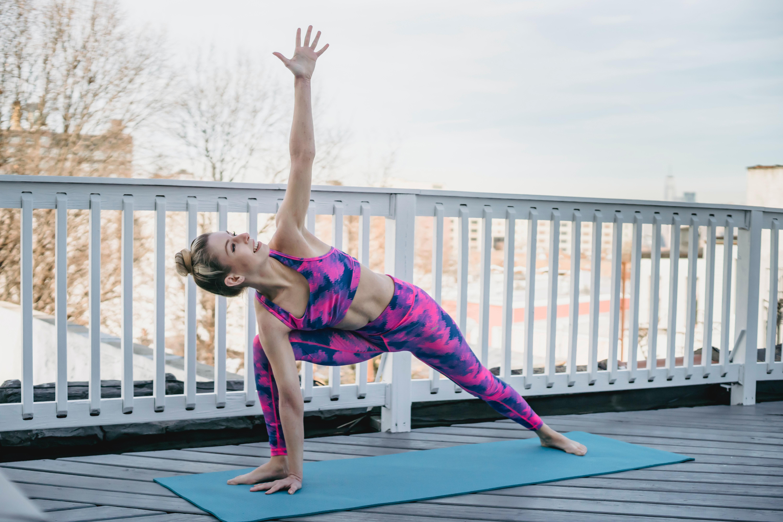 Frau in Leggings treibt Sport