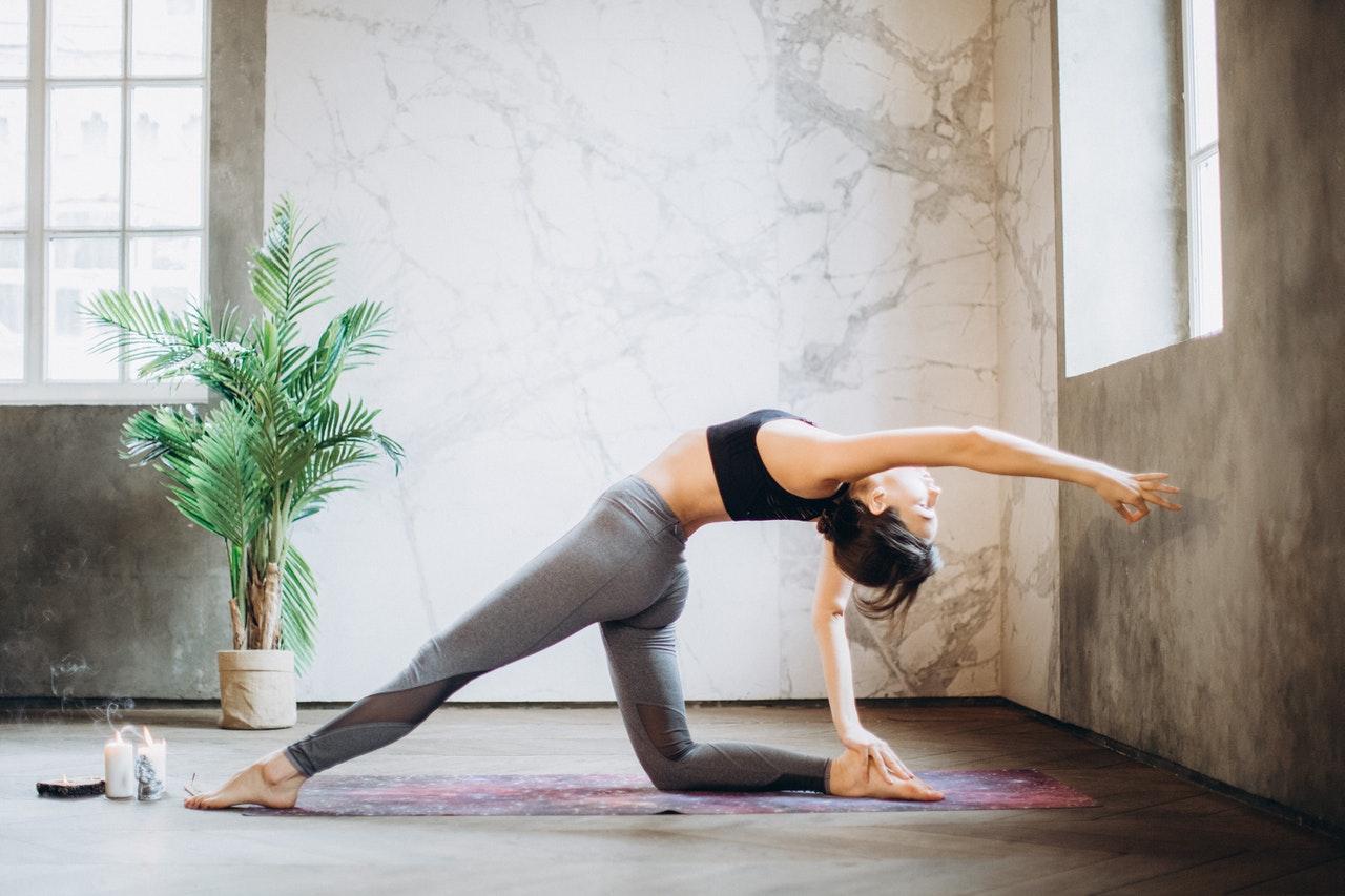 Frau übt Anusara Yoga aus
