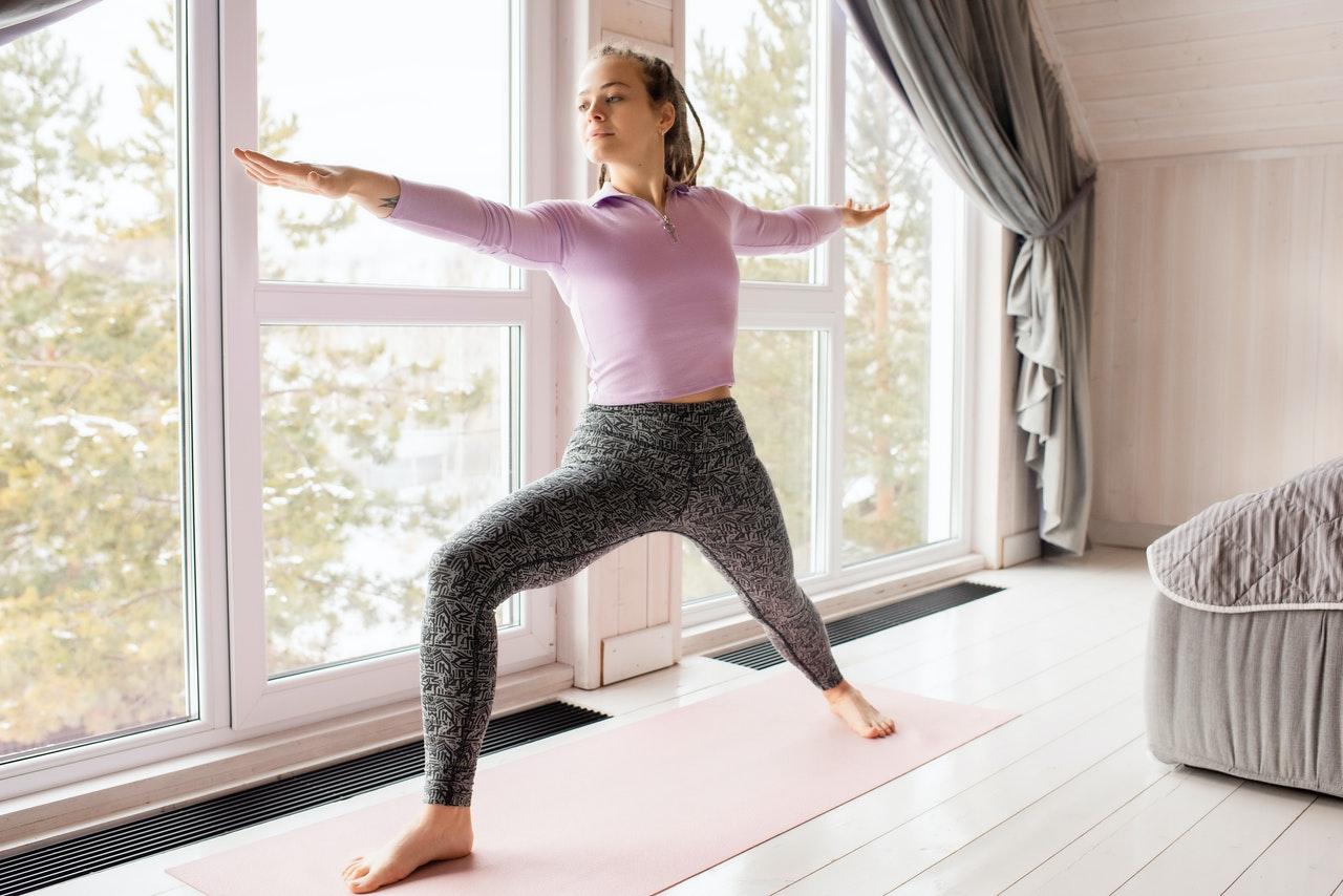 frau in leggings macht yoga