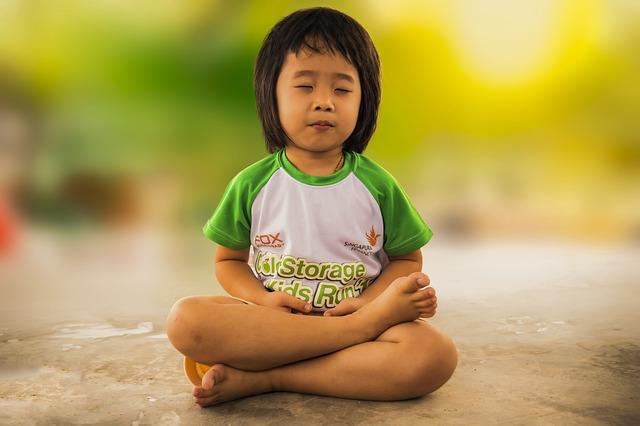 kind beim meditieren