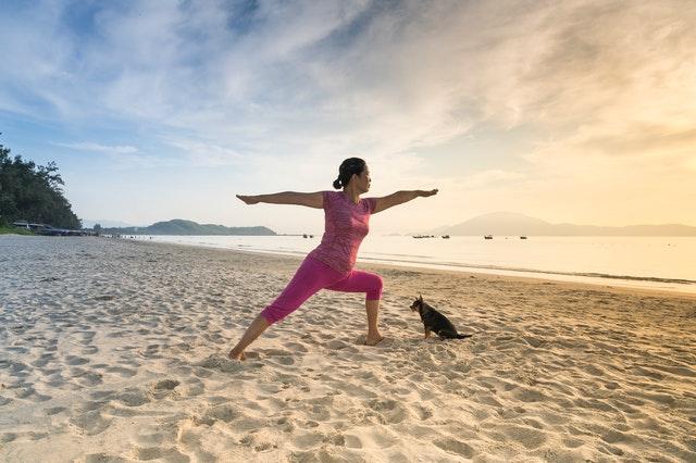 Frau am Strand mit Hund